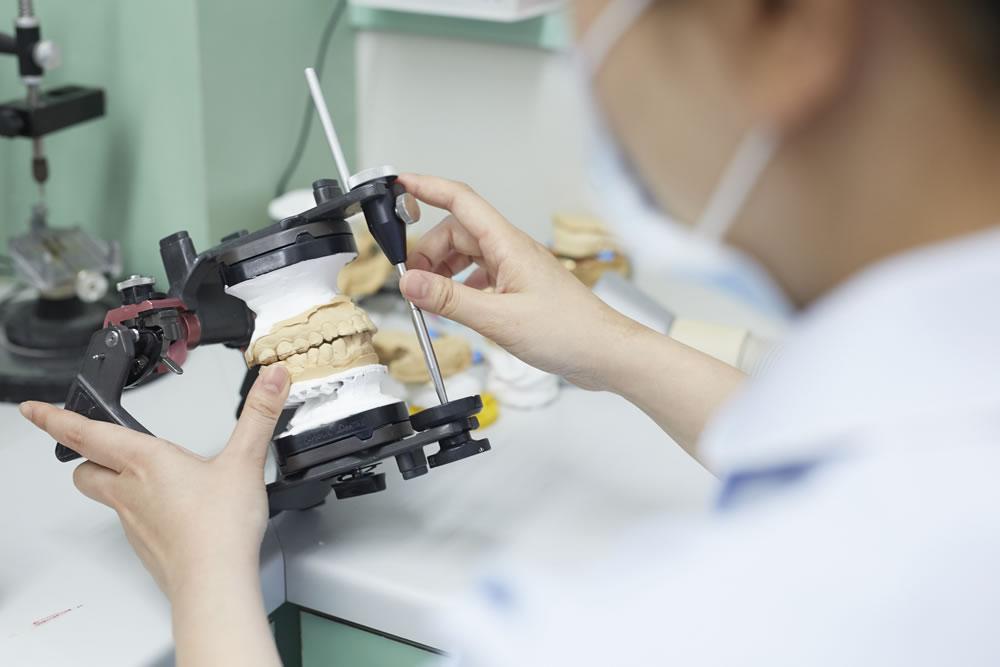 歯科技工士による仮歯製作